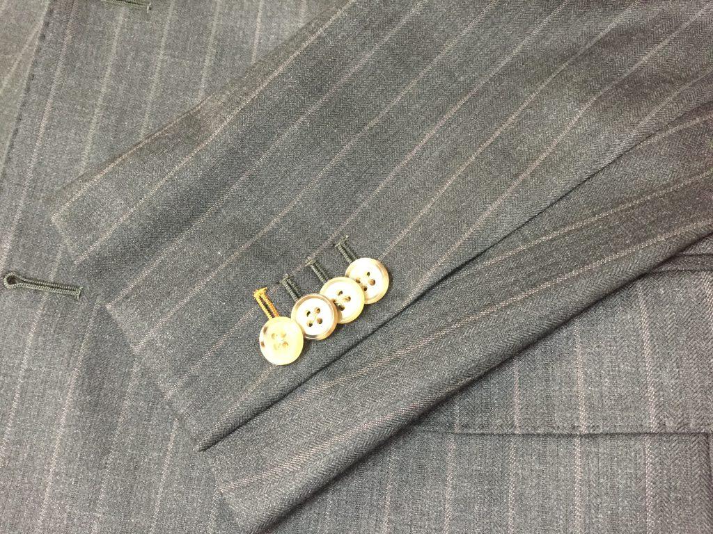 スーツのパーツのお話 袖口の本切羽(本開き)とは?