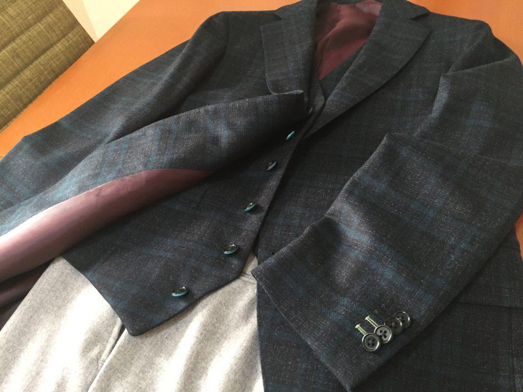 ジャケパンスタイルは普段スーツが必要ないけど羽織モノが欲しい時に便利ですよ!