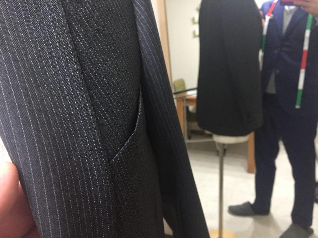 スーツに使われる服地がどんなものなのかを触れてみてはどうでしょうか?