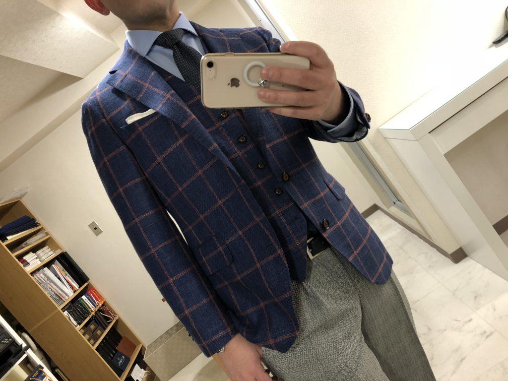 季節に合わせた色合いのジャケットとパンツはいかがでしょう?
