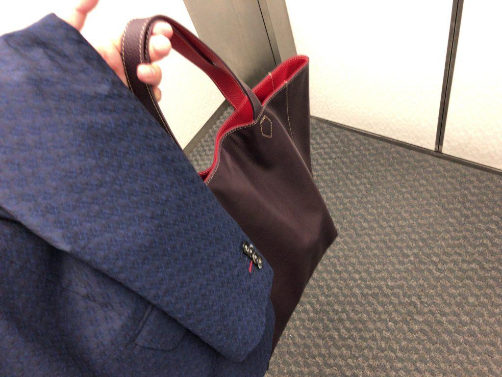 ジャケットを着用しない時はトートバッグの使用オーケーです