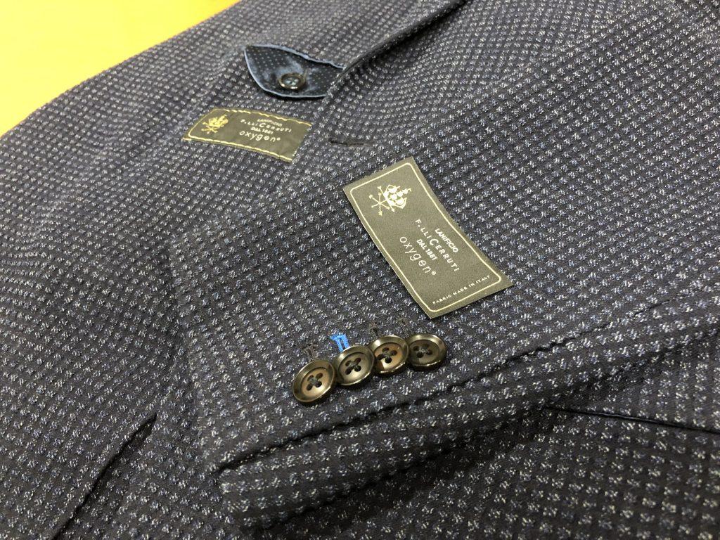スーツ、ジャケット、コートの袖についているタグやロゴはつけっぱなしで良い?外した方が正解?