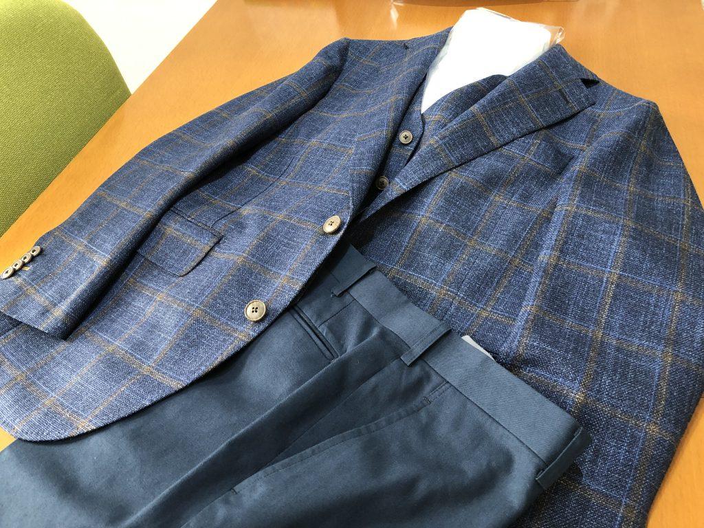 同じジャケットでもパンツを変えると雰囲気が変わりますよ!