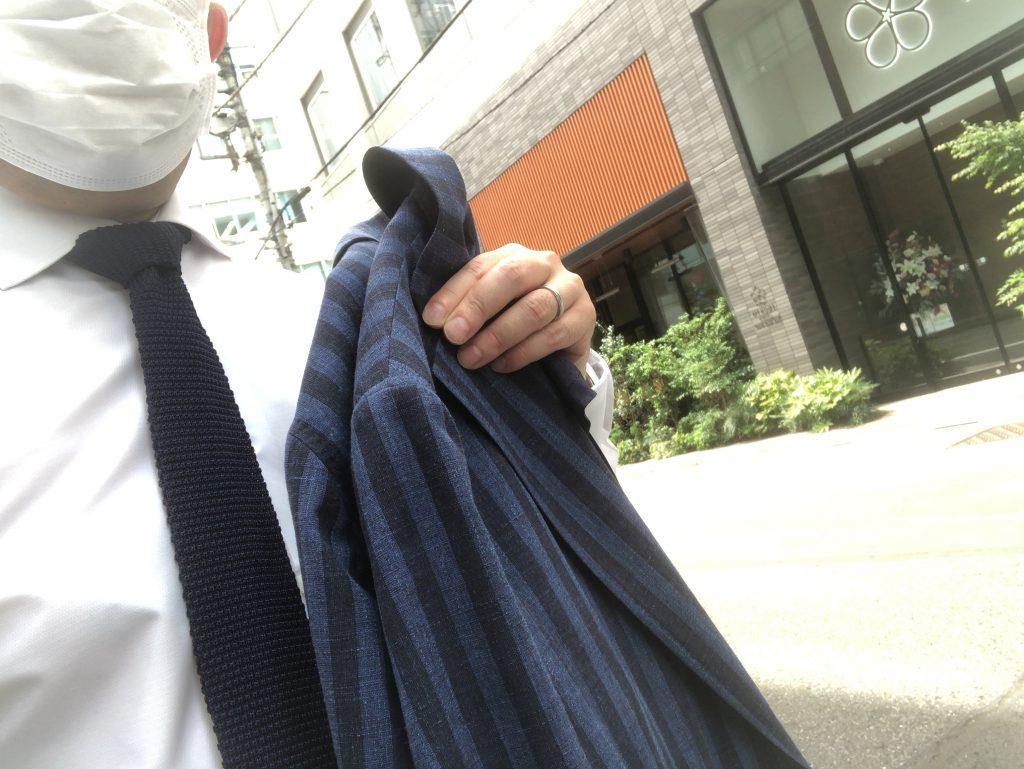 暑い日は素直にジャケットを脱ぎましょう!